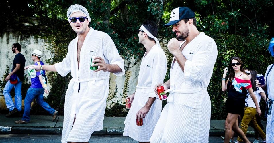 """30.mar.2013: Amigos australianos e neozelandezes vão ao festival vestidos de roupão de banho. """"Somos patrocinados, roubamos o roupão do hotel"""", afirmaram. Eles vieram ver o show de Gary Clark Jr. no palco alternativo. """"Soubemos que tem muita lama, talvez a gente promova uma briga"""", brincaram"""
