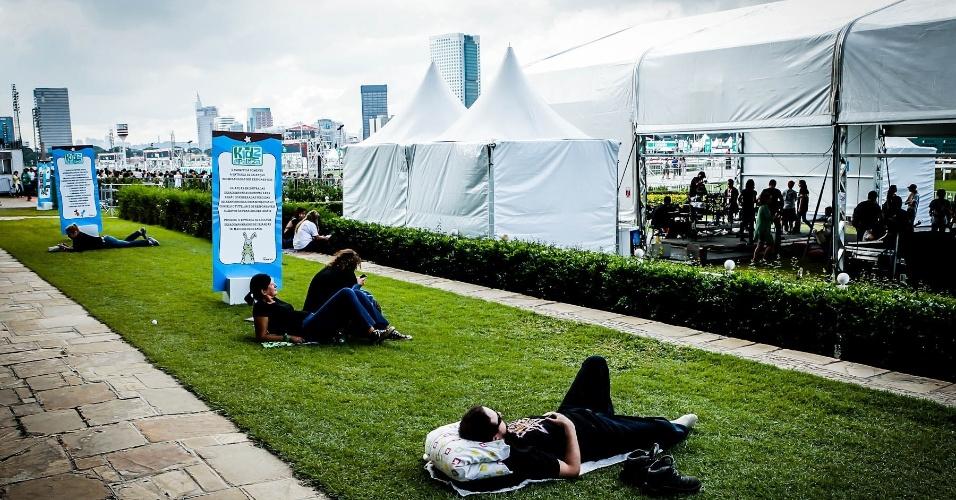 30.mar.2013: Entre um show e outro do palco Kidspalooza, algumas pessoas aproveitam para descansar