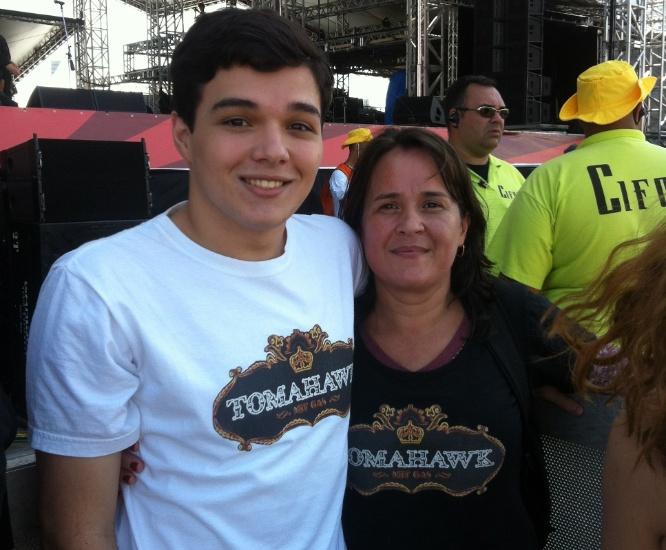 """30.mar.2013: Gabriel e a mãe, Silvia, vieram de Santo André para assistir Tomahawk. """"É tudo pelo prazer de ver o Mike Patton. Ele é um gênio"""", conta a mãe"""