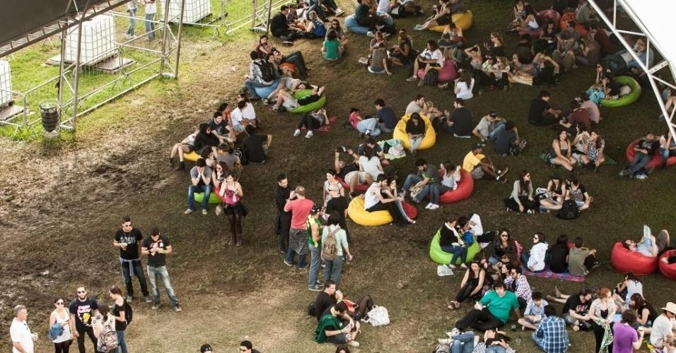 30.mar.2013: Galera se esparrama pelos pufes da tenda eletrônica