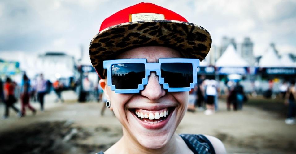30.mar.2013: Garota exibe seus exóticos óculos, enquanto circula no Jockey Club