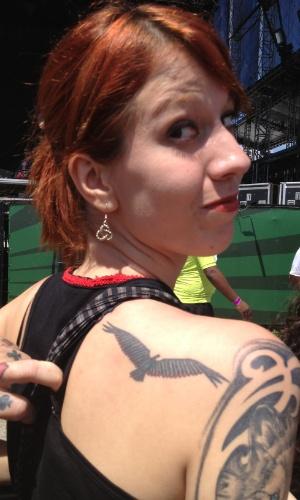 30.mar.2013: Kharina Guedes, a primeira a chegar ao palco Cidade Jardim neste sábado, exibe a tatuagem com símbolo do Queens of the Stone Age