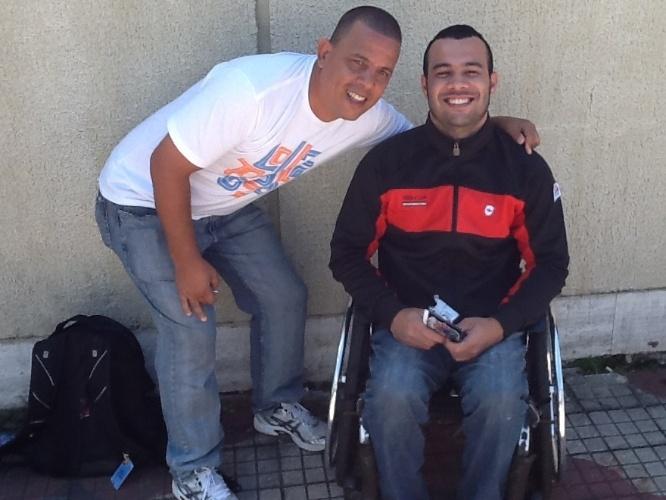 """30.mar.2013: O cadeirante Heliarly Fiame Rios, 27, que trocou os pneus de sua cadeira para um modelo """"mais off road"""""""