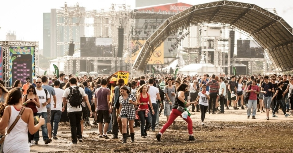 30.mar.2013: Público dribla a lama formada no primeiro dia