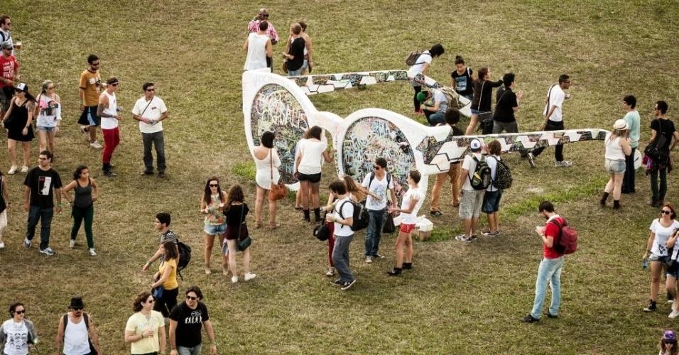 30.mar.2013: Uns óculos gigantes foram colocados no gramado, onde as pessoas grudavam adesivos com seus nomes