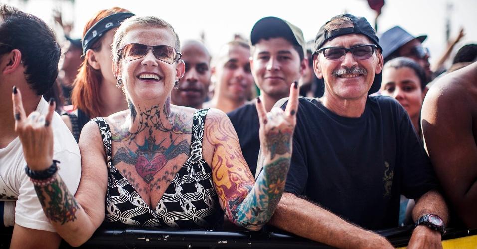 """31.mar.2012 - Eleonora Arantes, de 53 anos, e o marido Celso, de 55, fazem questão de ficar na grade de todos os festivais de rock no Brasil. """"Estou vivendo de água, luz e rock"""", disse"""
