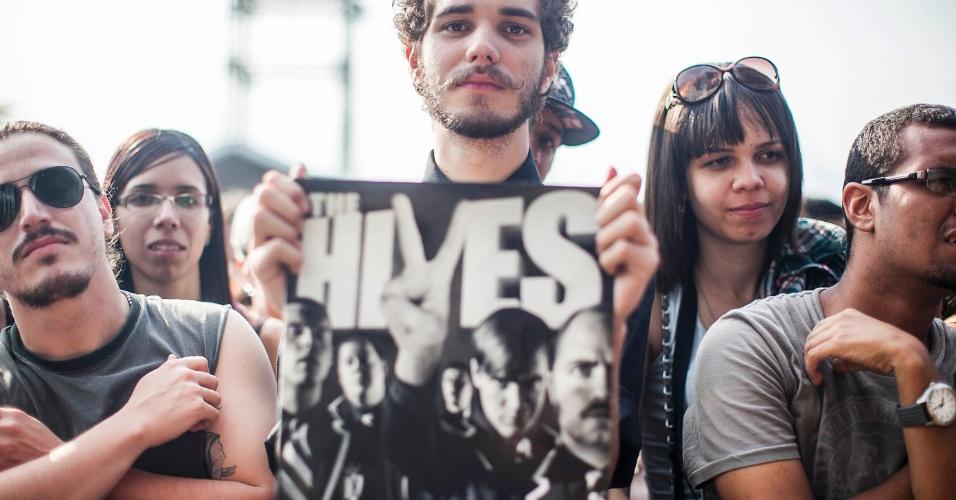 """31.mar.2012 - """"Estranho no ninho"""", Pedro da Nóbrega veio de Curitiba e é o único fã da grade que veio para o show do The Hives e não do Pearl Jam no Lollapalooza"""