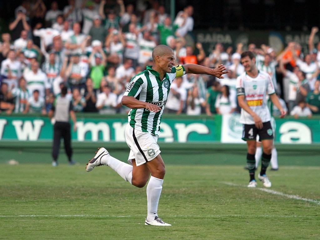 31.mar.2013 - Alex comemora seu gol na vitória de virada do Coritiba diante do Arapongas