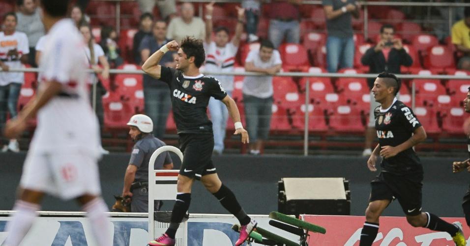 31.mar.2013 - Alexandre Pato comemora o gol da vitória do Corinthians sobre o São Paulo