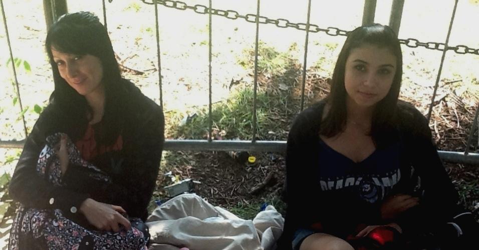 31.mar.2013 - Andreia (à esq.) foi deixada pelo namorado na tarde de sábado (30) na fila. Já Camila, veio do interior de São Paulo e afirmou que a mãe nem imagina que ela está dormindo na rua