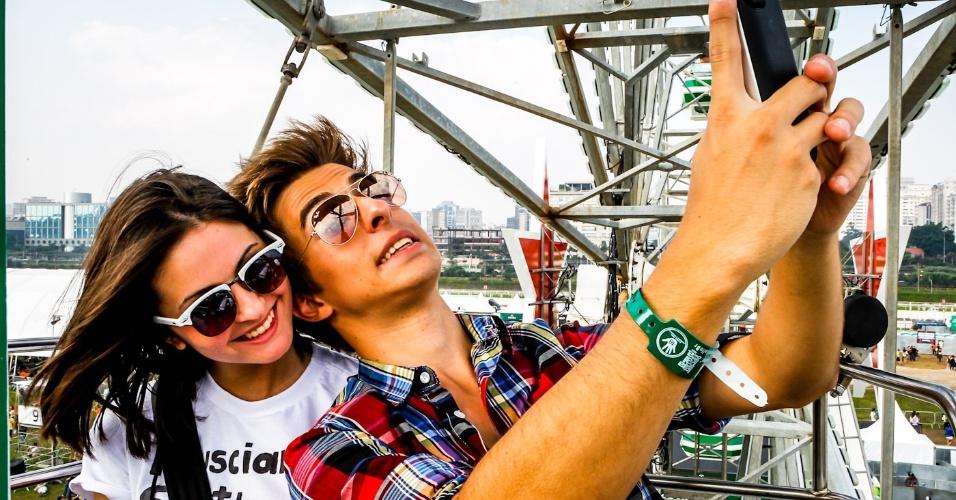 31.mar.2013 - Casal tira foto na roda gigante do Lollapalooza Brasil