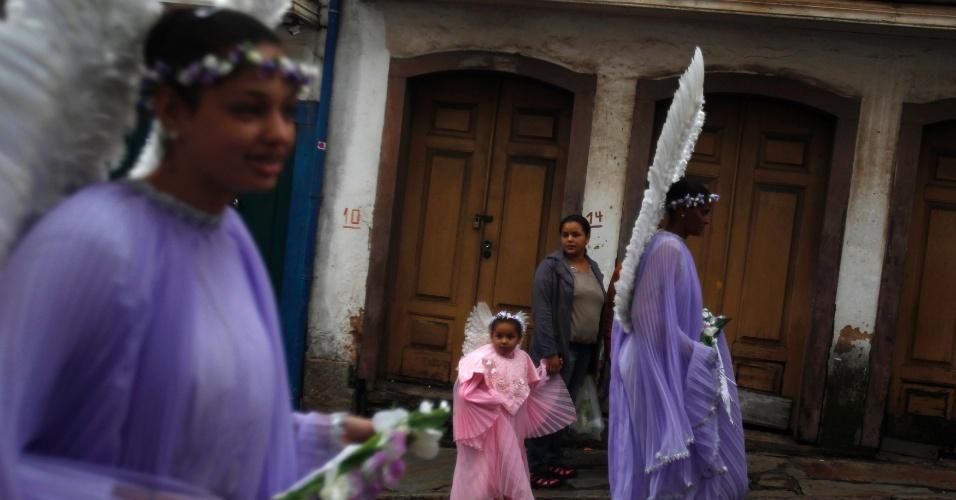 31.mar.2013 - Crianças vestidas de anjo participam de procissão do Domingo de Páscoa, em Ouro Preto (MG)