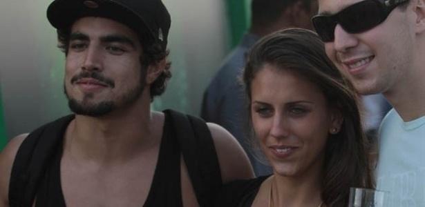 31.mar.2013 - Depois de carregar uma garota não-identificada no colo, o ator Caio Castro posou para fotos ao lado dela durante o terceiro dia de Lollapalooza Brasil 2013