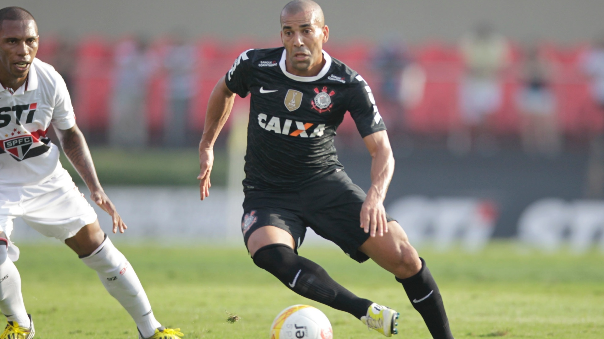 31.mar.2013 - Emerson Sheik domina a bola durante o clssico do Corinthians contra o So Paulo no Morumbi