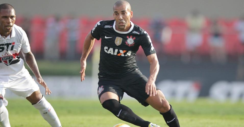 31.mar.2013 - Emerson Sheik domina a bola durante o clássico do Corinthians contra o São Paulo no Morumbi