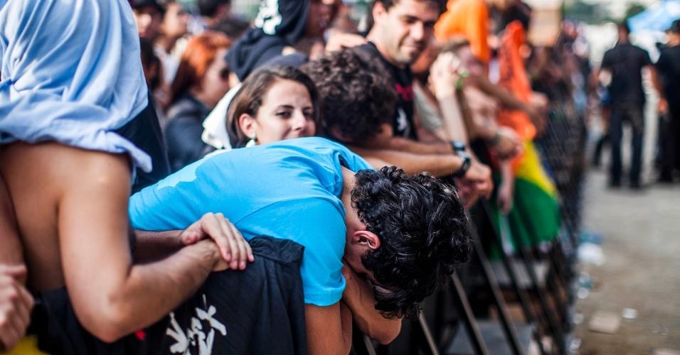 31.mar.2013 - Fã do Pearl Jam improvisa posição para descansar na grade do palco Cidade Jardim, onde o Pearl Jam se apresenta no Lollapalooza
