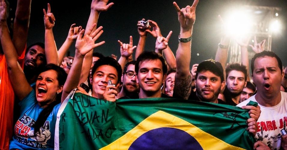 31.mar.2013 - Fãs do Pearl Jam assistem ao show da banda no Lollapalooza Brasil