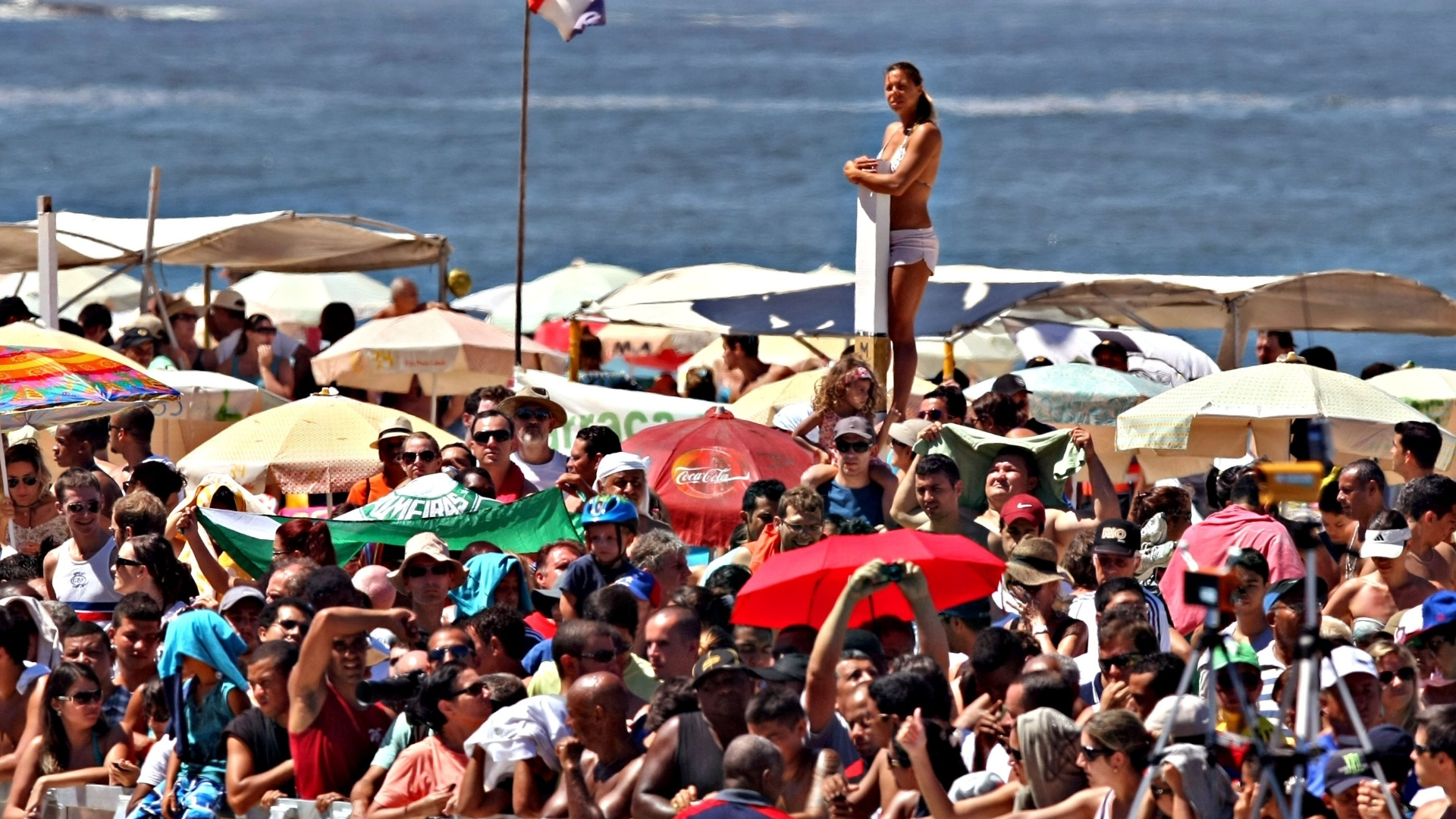 31.mar.2013 - Fãs se amontoam na praia de Copacabana para ver Usain Bolt