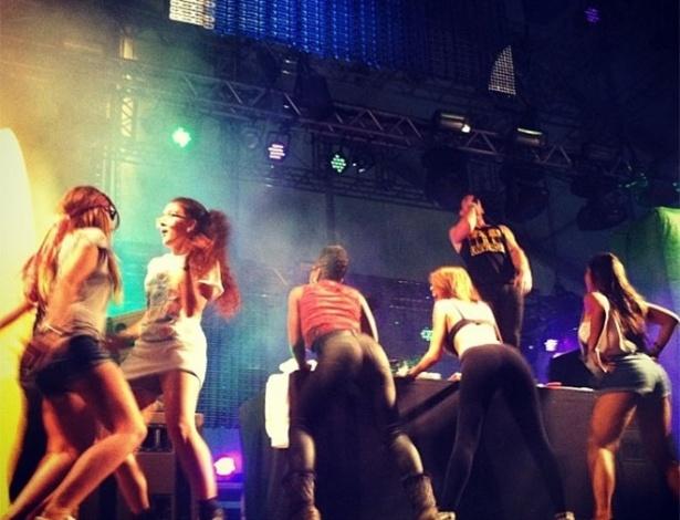 31.mar.2013 - Fãs sobem no palco e ficam de sutiã durante o show no palco Perry do Major Lazer