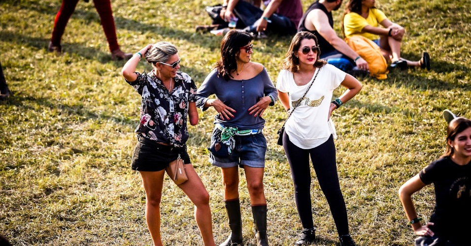 31.mar.2013 - Garotas conversam entre shows do Lollapalooza Brasil