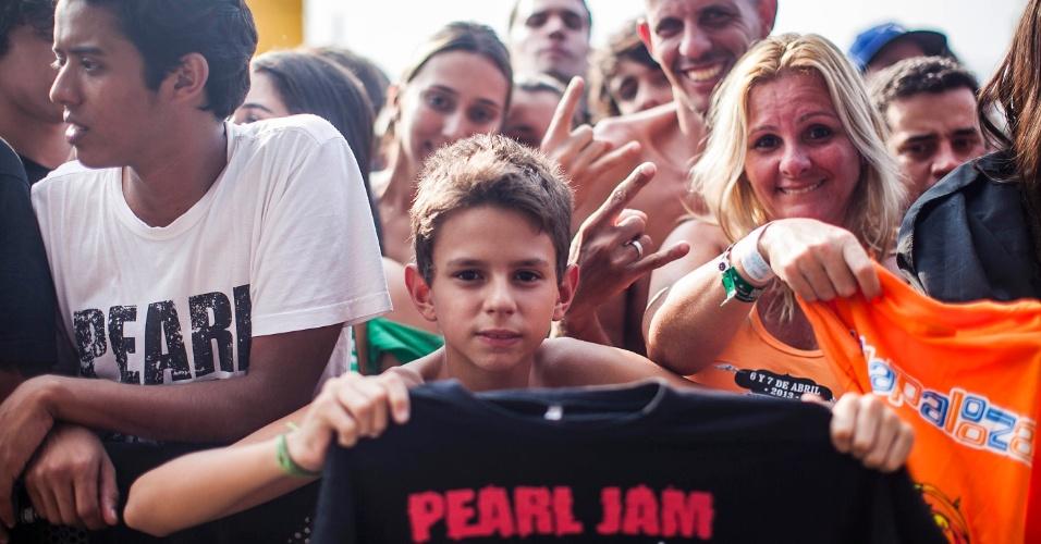 """31.mar.2013 - Guilherme Xavier, de 11 anos, veio de Santos com a mãe Cristina e o tio Jefferson para ver o Pearl Jam pela primeira vez no Lollapalooza. """"Gostaria que eles tocassem Jeremy"""""""