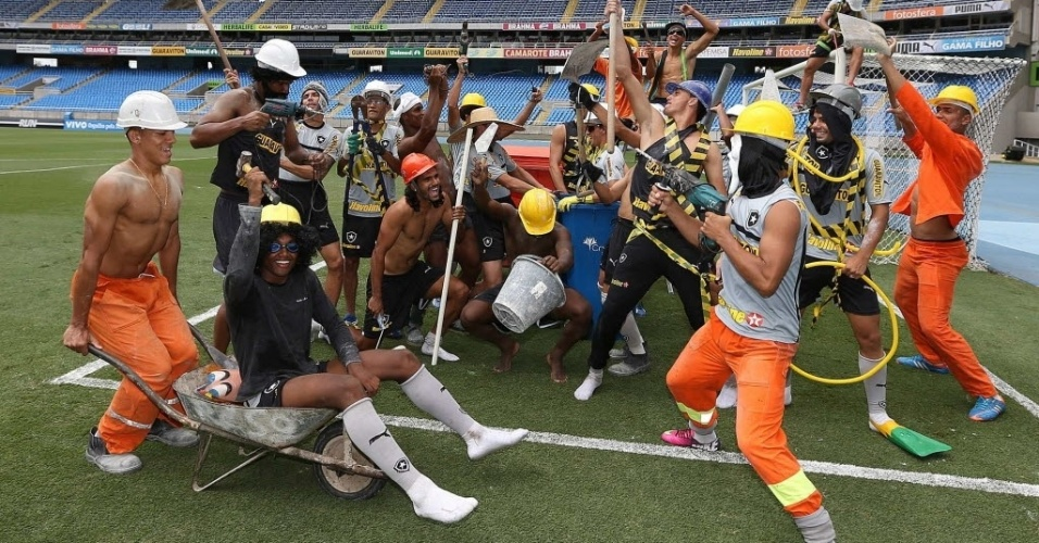 31.mar.2013 - Jogadores fazem 'Harlem Shake' no estádio Engenhão