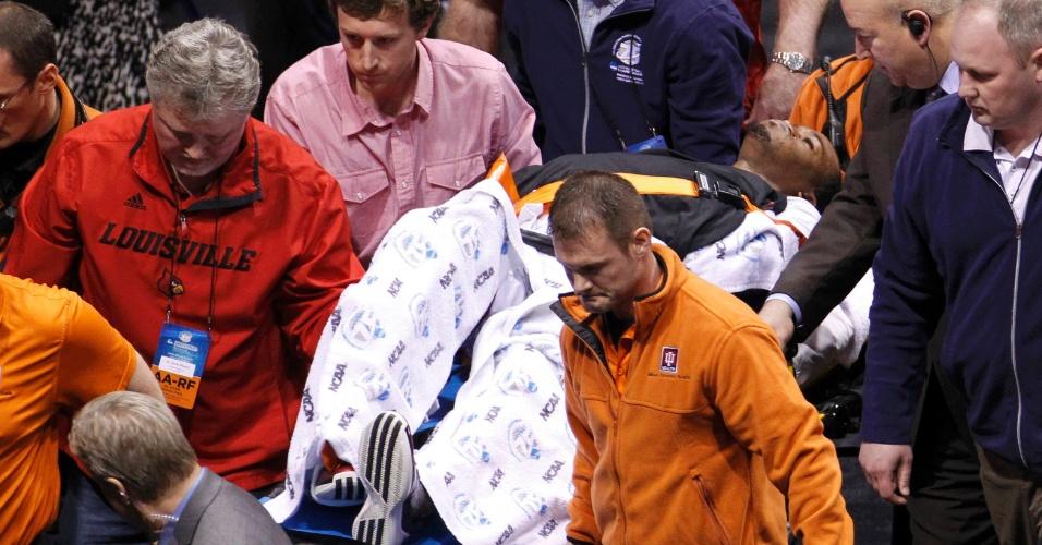 31.mar.2013 - Kevin Ware deixando a quadra de maca após fraturar a perna no jogo contra Duke