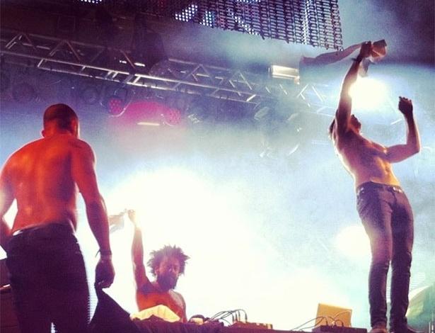 31.mar.2013 - Major Lazer tira camisa durante seu show no terceiro dia do Lollapalooza