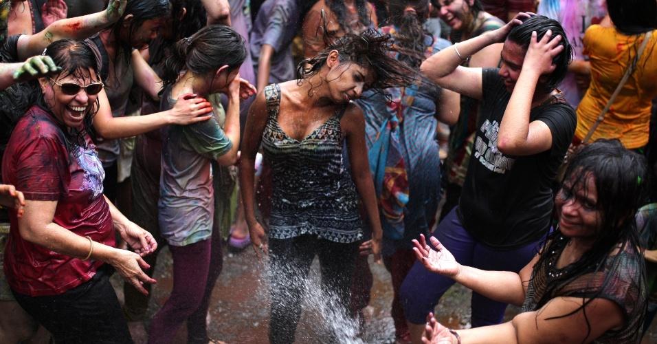 31.mar.2013 - Malasianos e turistas participam do festival Holi, ou festa das cores, neste domingo (31), em Kuala Lumpur, na Malásia. A celebração, na qual as pessoas se pintam com pó e água colorida, marca o fim do inverno e o começo da primavera