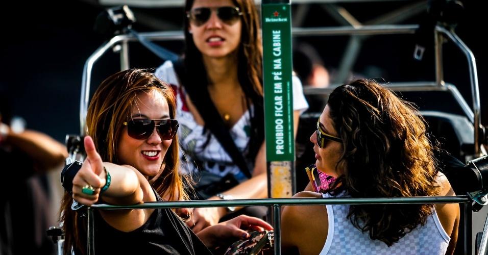 31.mar.2013 - Moça acena para fotógrafos no terceiro dia do Lollapalooza