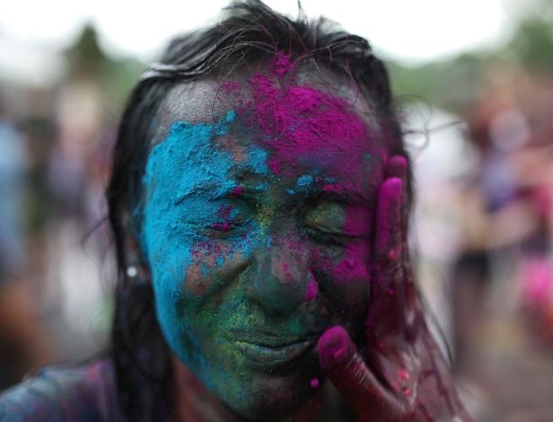 31.mar.2013 - Mulher é coberta com pó colorido num templo em Kuala Lumpur, na Malásia, durante o festival hindu Holi, ou festa das cores, neste domingo (31). A celebração marca o fim do inverno e o começo da primavera e é comemorada também na Índia, país de forte religiosidade hindu