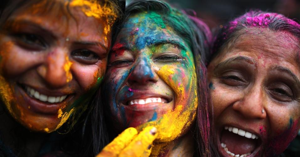 31.mar.2013 - Mulheres participam do festival hindu Holi, ou festa das cores, neste domingo (31), em Kuala Lumpur, na Malásia. A celebração, na qual as pessoas se pintam com pó e água colorida, marca o fim do inverno e o começo da primavera
