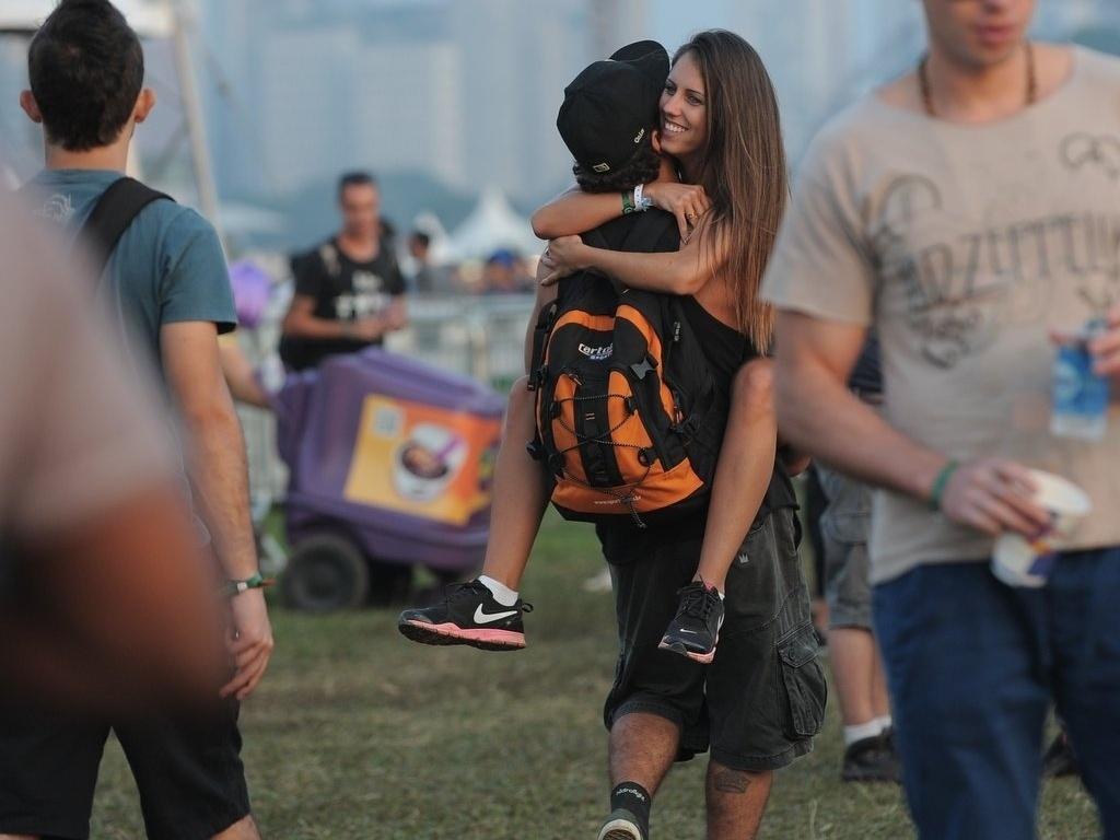 31.mar.2013 - O ator Caio Castro carrega garota no colo no terceiro dia de Lollapalooza Brasil 2013