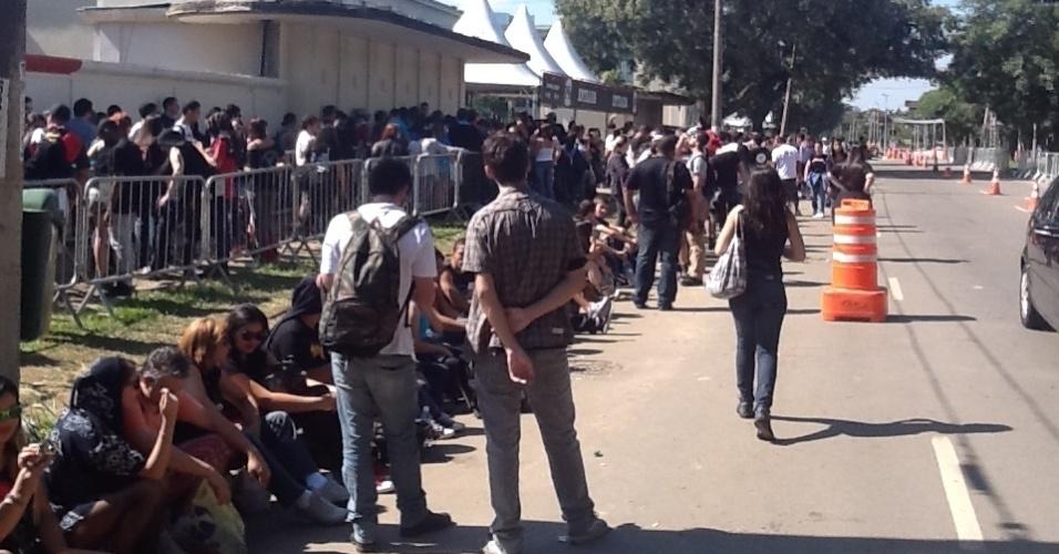 31.mar.2013 - O terceiro e último dia do Lollapalooza já registra a maior fila do festival. Os fãs do Pearl Jam acordaram cedo e enfrentaram o sol na fila que já soma 1 km. Os portões do Jockey Club devem ser abertos por volta das 12h