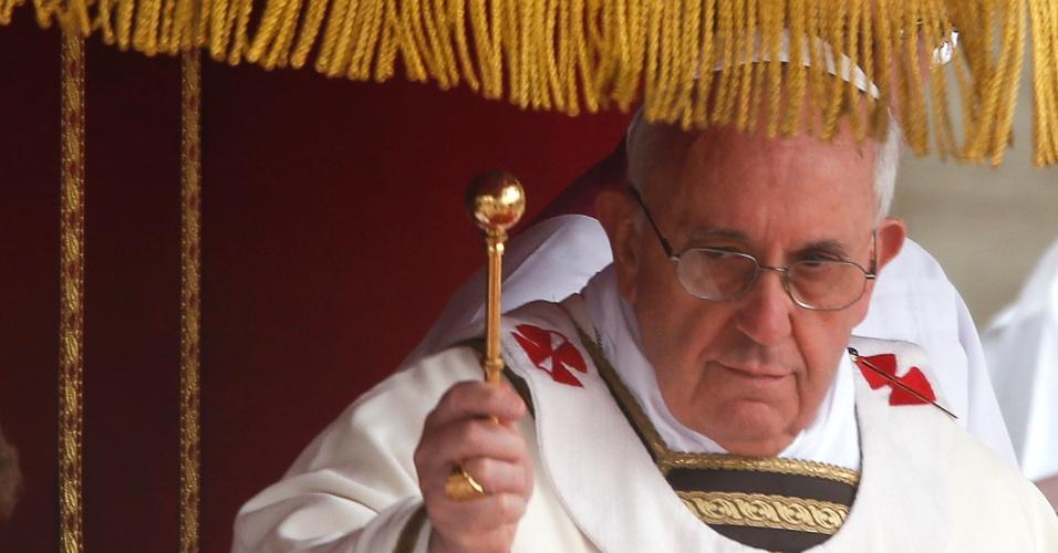 31.mar.2013 - Papa Francisco asperge água benta em fiéis na praça São Pedro, durante as celebrações religiosas do Domingo de Páscoa