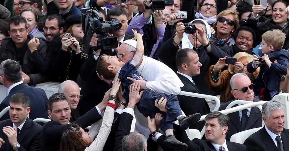 31.mar.2013 - Papa Francisco beija uma criança deficiente na praça São Pedro, no Vaticano, após a celebração da missa de Páscoa, este domingo (31)