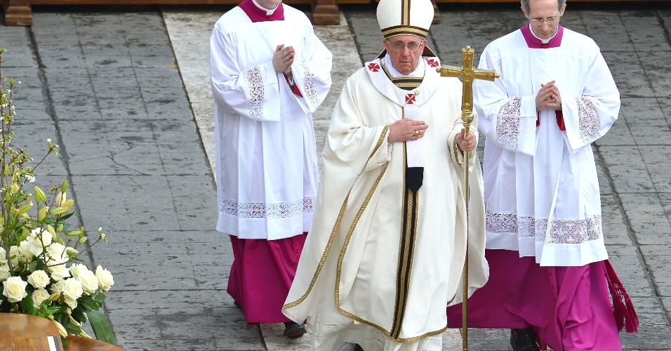 31.mar.2013 - Papa Francisco chega à praça São Pedro, no Vaticano, para as celebrações da Páscoa. Francisco se prepara para celebrar, neste domingo (31), sua primeira missa de Páscoa, sendo aguardado por milhares de pessoas que se reúnem para vê-lo