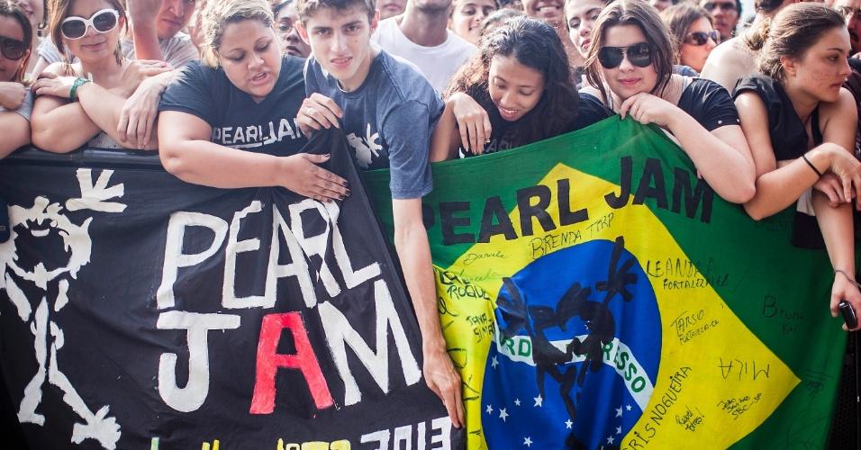 31.mar.2013 - Para manter o local privilegiado em frente ao palco Cidade Jardim do Lollapalooza, fãs do Pearl Jam ficam horas em pé e contam com a ajuda dos seguranças para beberem água