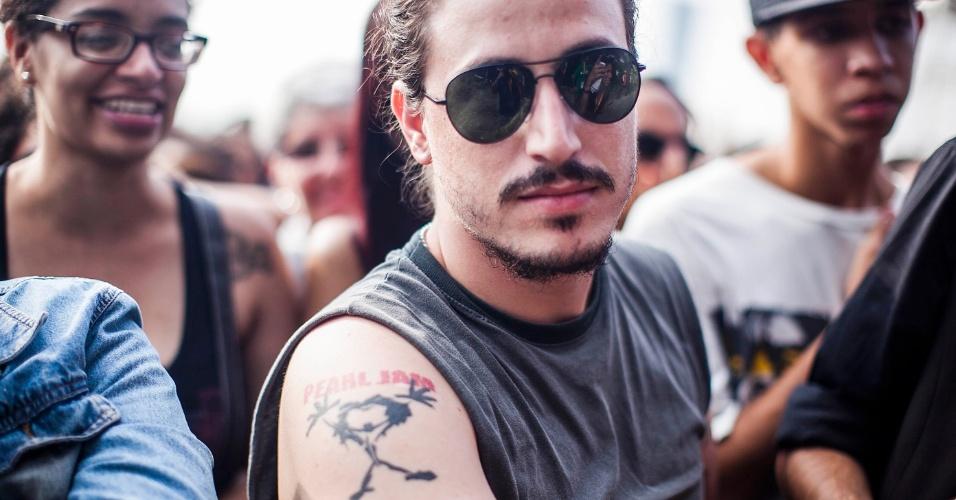 31.mar.2013 - Paulo Roberto, de Birigui, interior de São Paulo exibe sua tatuagem em homenagem ao Pearl Jam na grade do palco Cidade Jardim. A banda se apresenta às 20h45 e é a banda mais aguardada do terceiro dia do Lollapalooza