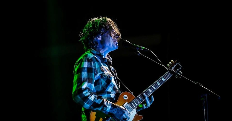 31.mar.2013 - Pearl Jam se apresenta no palco Jardim, fechando o último dia de shows do Lollapalooza 2013. A banda liderada por Eddie Vedder, que foi uma das atrações mais aguardadas do festival, não permitiu a transmissão do show pela televisão