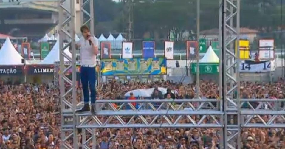 """31.mar.2013 - Ricky Wilson, vocalista do Kaiser Chiefs, sobe em torre de iluminação ao cantar a """"The Angry Mob"""" (""""A Multidão Raivosa"""", em tradução livre). Ele disse ao público do Palco Butantã do Lollapalooza que estava homenageando o Pearl Jam, cujo vocalista, Eddie Vedder, costumava fazer o mesmo nos primórdios da banda"""