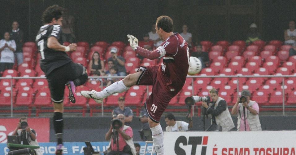 31.mar.2013 - Rogério Ceni e Alexandre Pato disputam a bola durante o lance que originou o pênalti polêmico que deu a vitória Corinthians no clássico contra o São Paulo