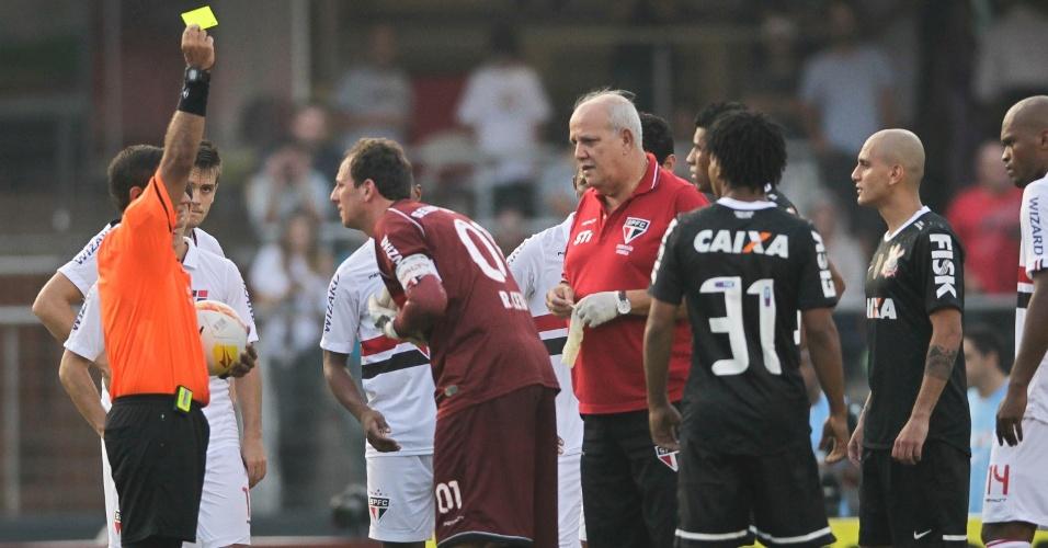 31.mar.2013 - Rogério Ceni recebe cartão amarelo após cometer pênalti em Alexandre Pato durante clássico entre São Paulo e Corinthians