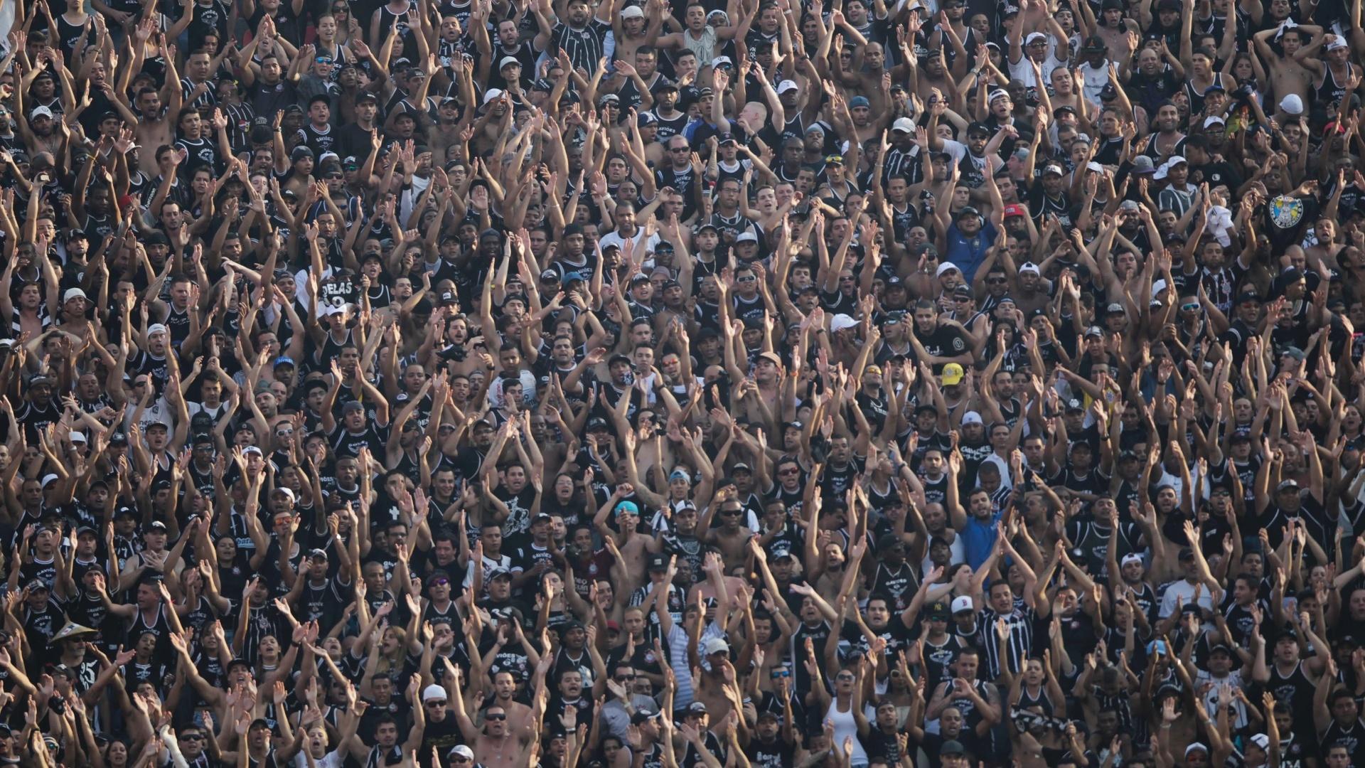 31.mar.2013 - Torcida do Corinthians apoia o time durante o clássico contra o São Paulo no Morumbi