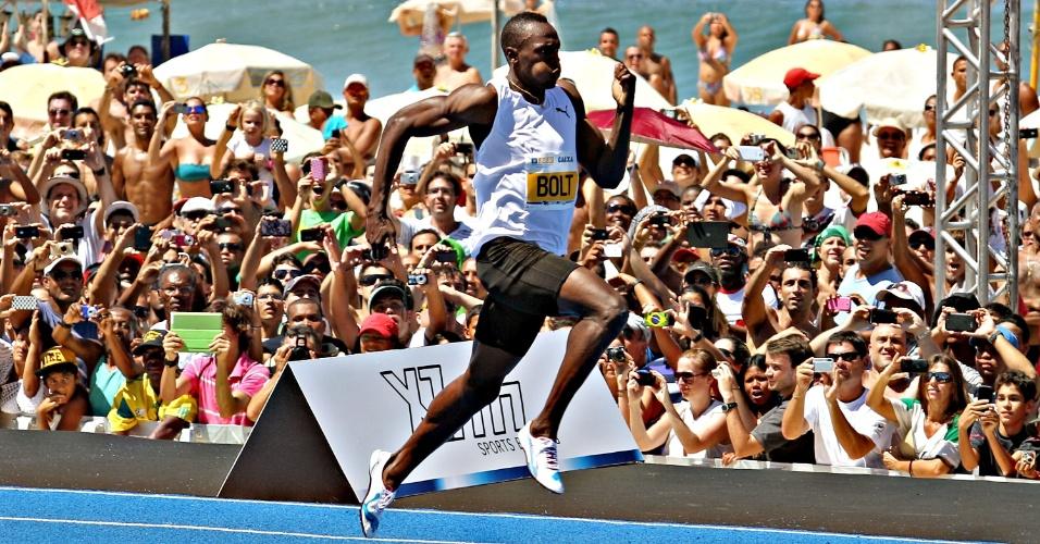 31.mar.2013 - Usain Bolt dispara durante vitória em desafio de 150 m rasos no Rio de Janeiro