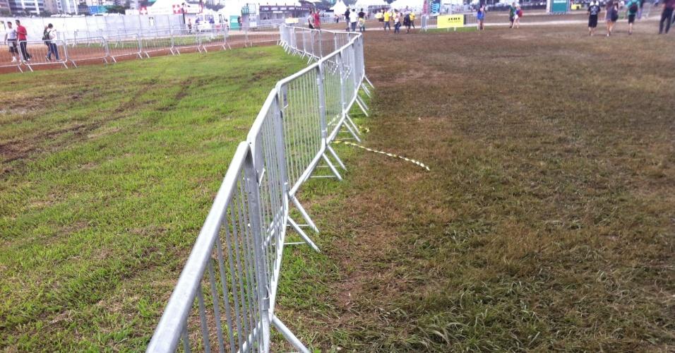 31.mar.2013: A diferença entre o gramado preservado (à esq.) e o danificado, que fica próximo aos palcos