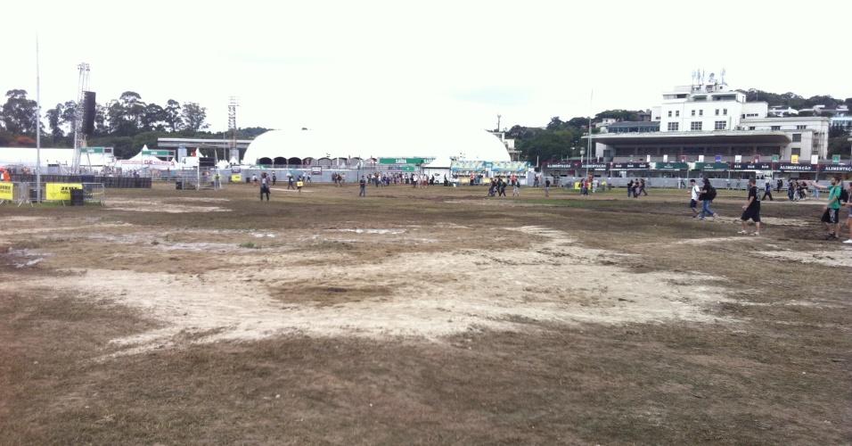 31.mar.2013: Caminho entre os palcos Alternativo e Cidade Jardim não tem lama e nem poças, mas o gramado já era