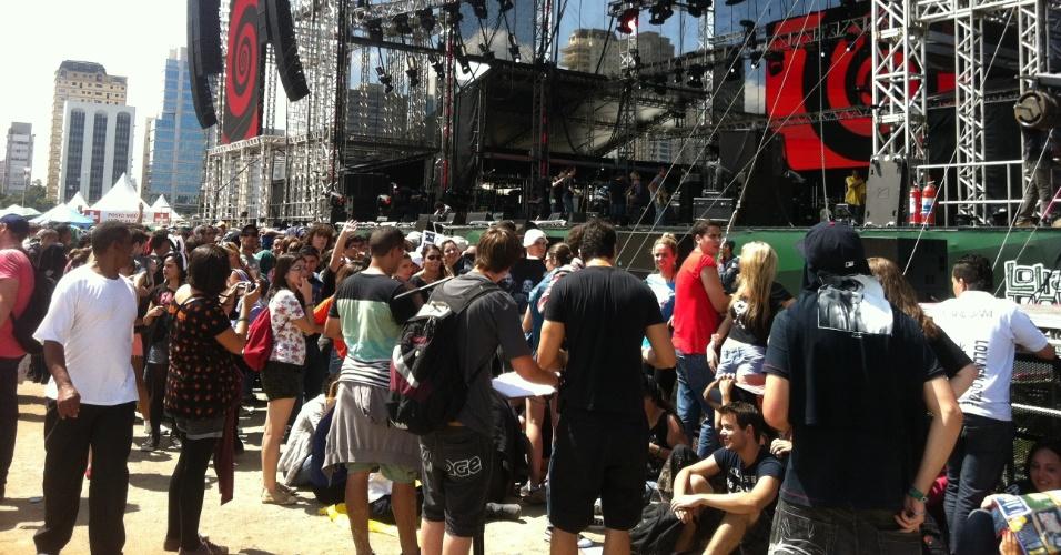 31.mar.2013: Cerca de mil pessoas já ocupam as primeiras linhas à frente do palco Cidade Jardim, na contagem regressiva pelo principal shows do Lollapalooza, a banda Pearl Jam, que toca às 20h45