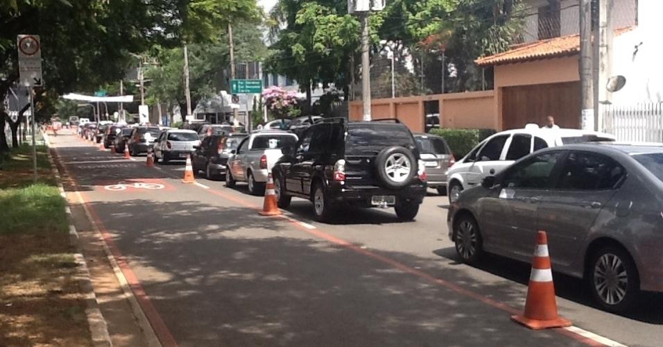 31.mar.2013: Com a ciclofaixa em funcionamento, motoristas encontram trânsito congestionado da Av. Francisco Morato até o acesso para a Av. Cidade Jardim