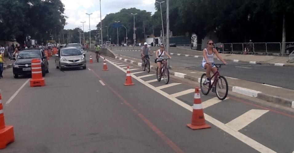 31.mar.2013: Motoristas, ciclistas e público do festival têm cada um a sua pista na Av. Lineu de Paula Machado